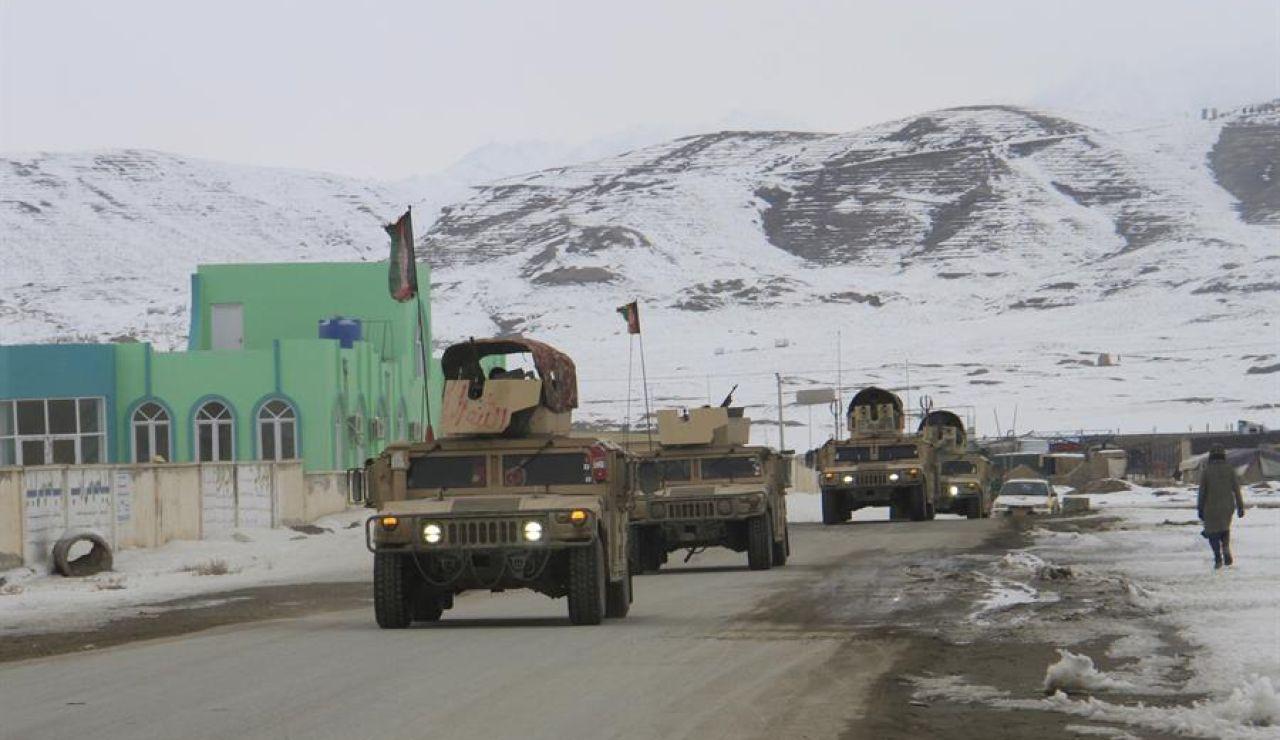Militares afganos cerca de la zona donde se estrelló el avión estadounidense