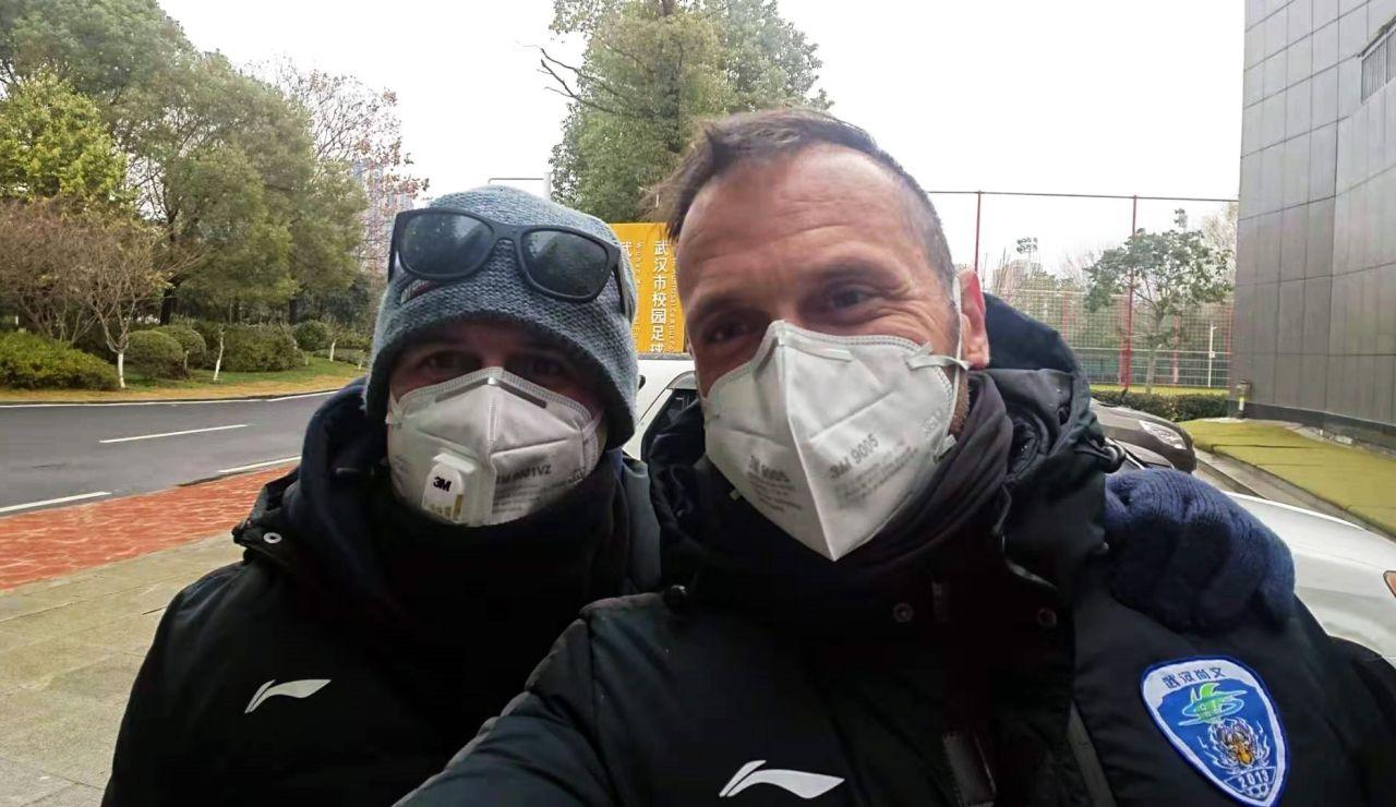 Imagen cedida por Oliver Cuadrado (d), uno de los entrenadores que permanece en la ciudad de Wuhan, con un amigo, el pasado sábado