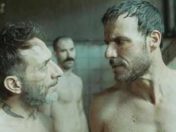 Antonio se gana el respeto del resto de prisioneros con su particular ingenio