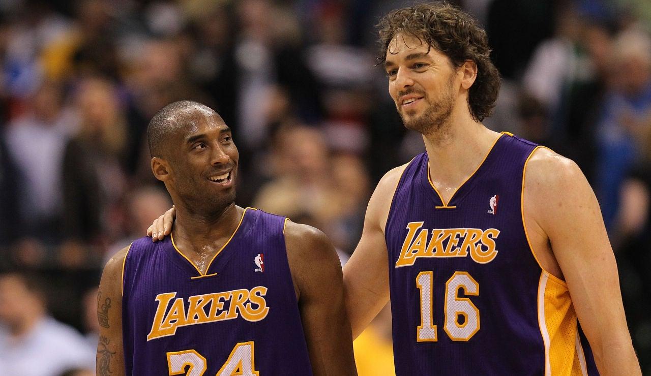 Kobe Bryant y Pau Gasol, sonrientes durante un partido de los Lakers