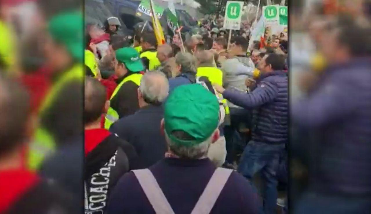 Fuertes cargas policiales contra agricultores y ganaderos extremeños a las puertas de AGROEXPO