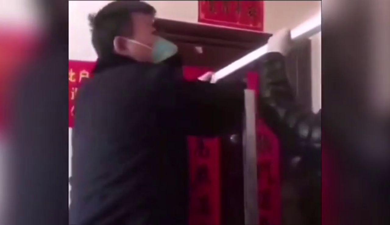 El bloqueo de la puerta de unos vecinos a otros por incumplir la cuarentena de 14 días por el coronavirus en China
