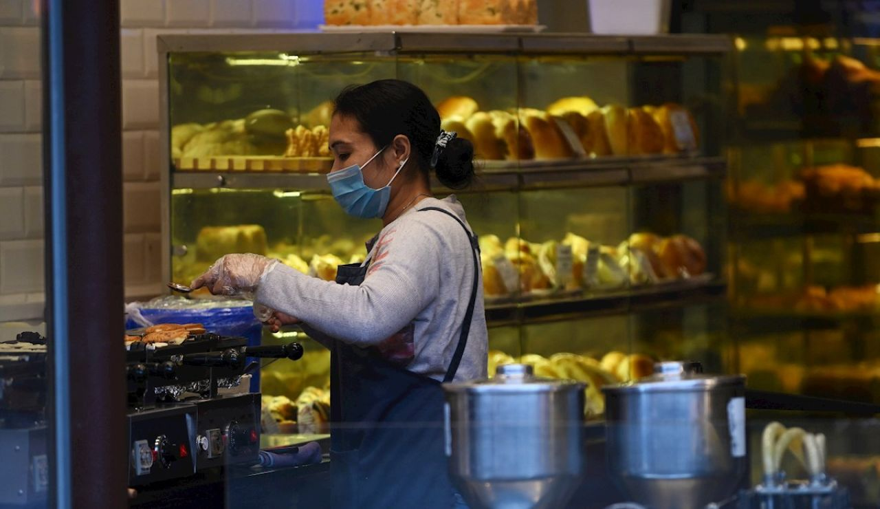 Una mujer en un comercio en China, en plena epidemia de coronavirus