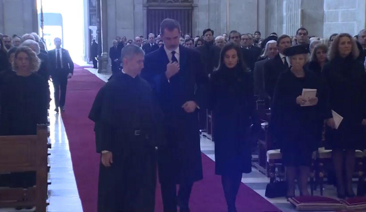Los Reyes no saludan a las infantas Elena y Cristina en el funeral de Pilar de Borbón