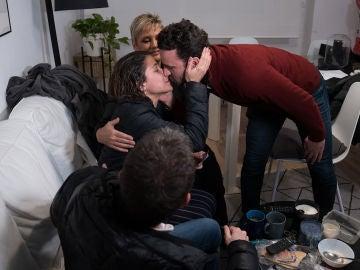 El emocionante momento en el que Glòria Serra entrega 6.000 euros a una familia al más puro estilo 'Equipo de investigación'