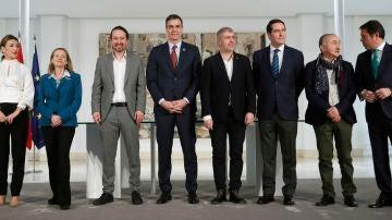 Pedro Sánchez, Yolanda Díaz, Nadia Calviño y Pablo Iglesias durante la firma con patronal y sindicatos