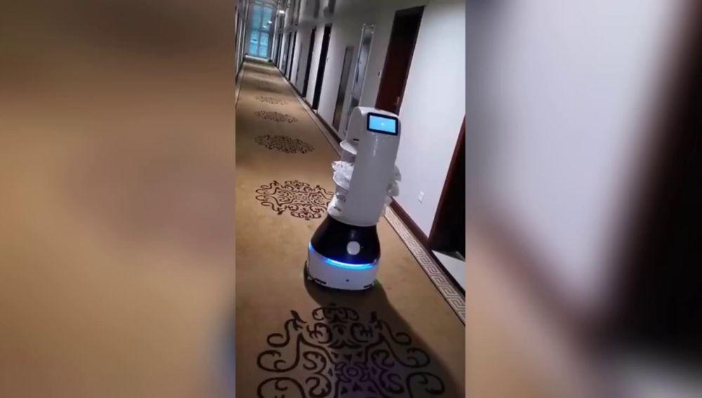 Robot llevando comida en un hotel