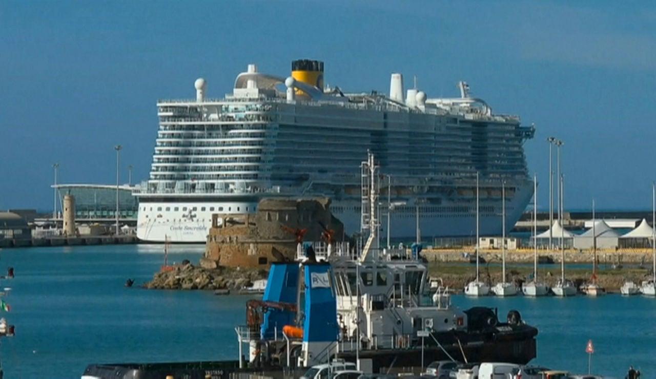 El crucero Costa Smeralda está atracado en el puerto italiano de Civitavecchia