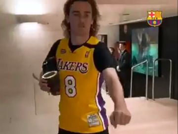 Antoine Griezmann con la camiseta de Kobe Bryant