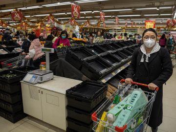 Comprando en un supermercado de Hong Kong
