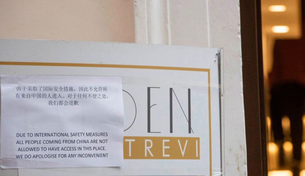 Cartel de un bar de Roma que prohíbe la entrada a personas que hayan estado en China