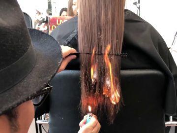 Prende fuego al pelo de su clienta