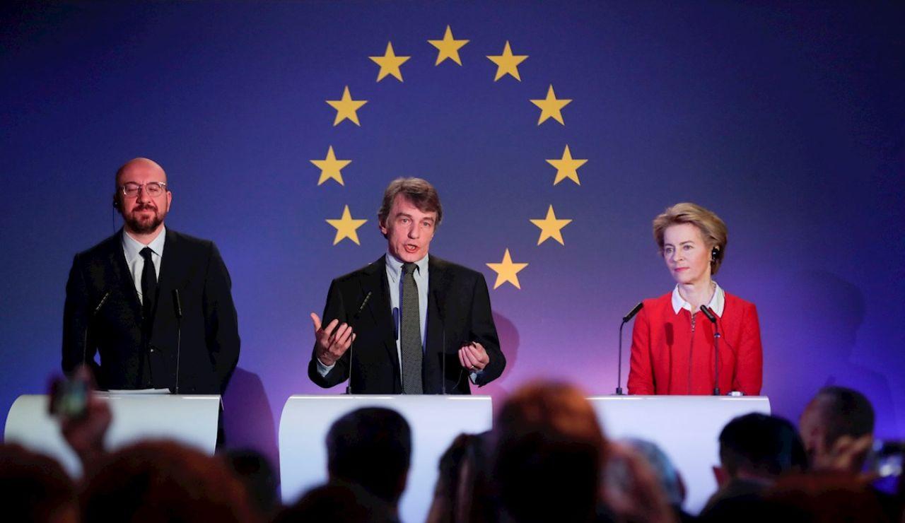La presidenta de la Comisión Europea, Ursula von der Leyen, el del Parlamento Europeo, David Sassoli, y el del Consejo Europeo, Charles Michel