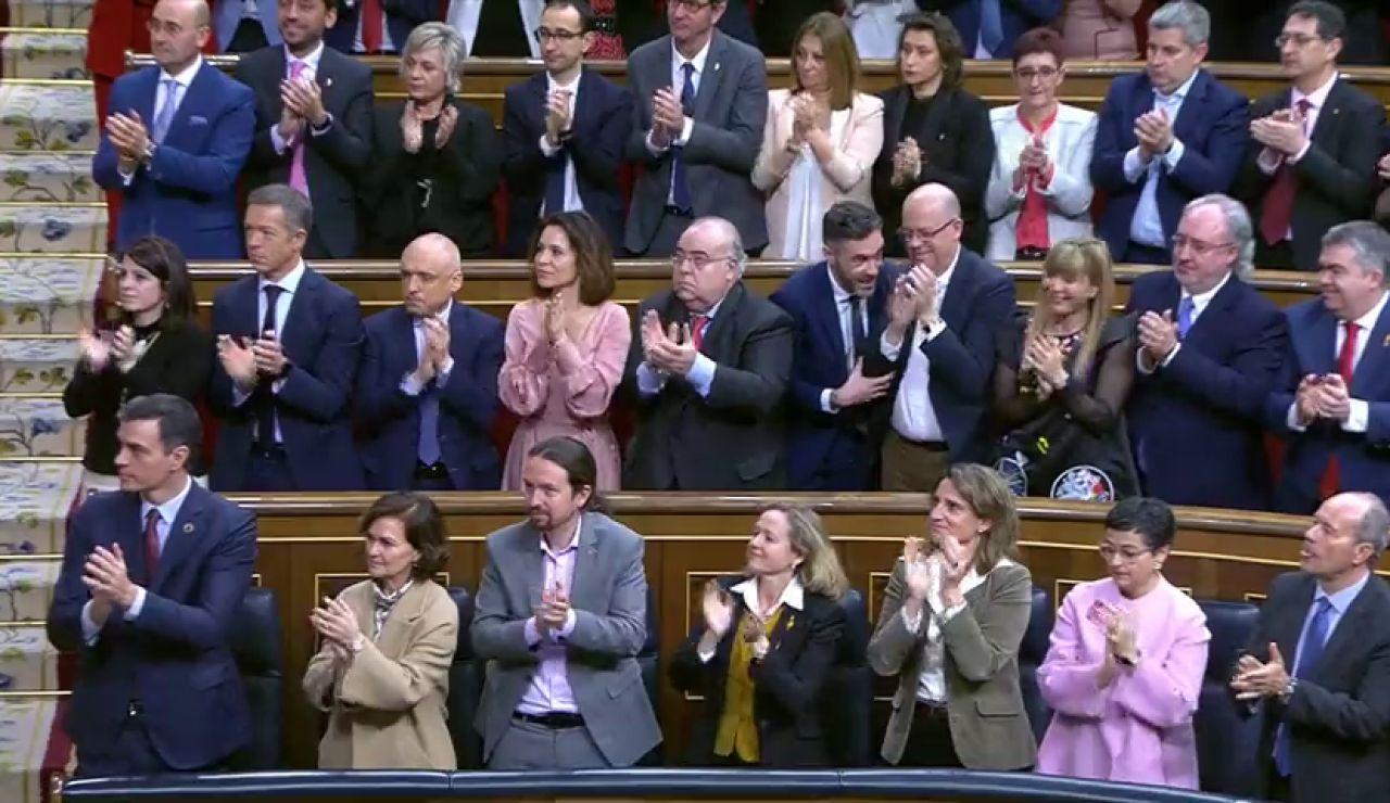 Los ministros de Podemos aplauden al rey, los diputados no