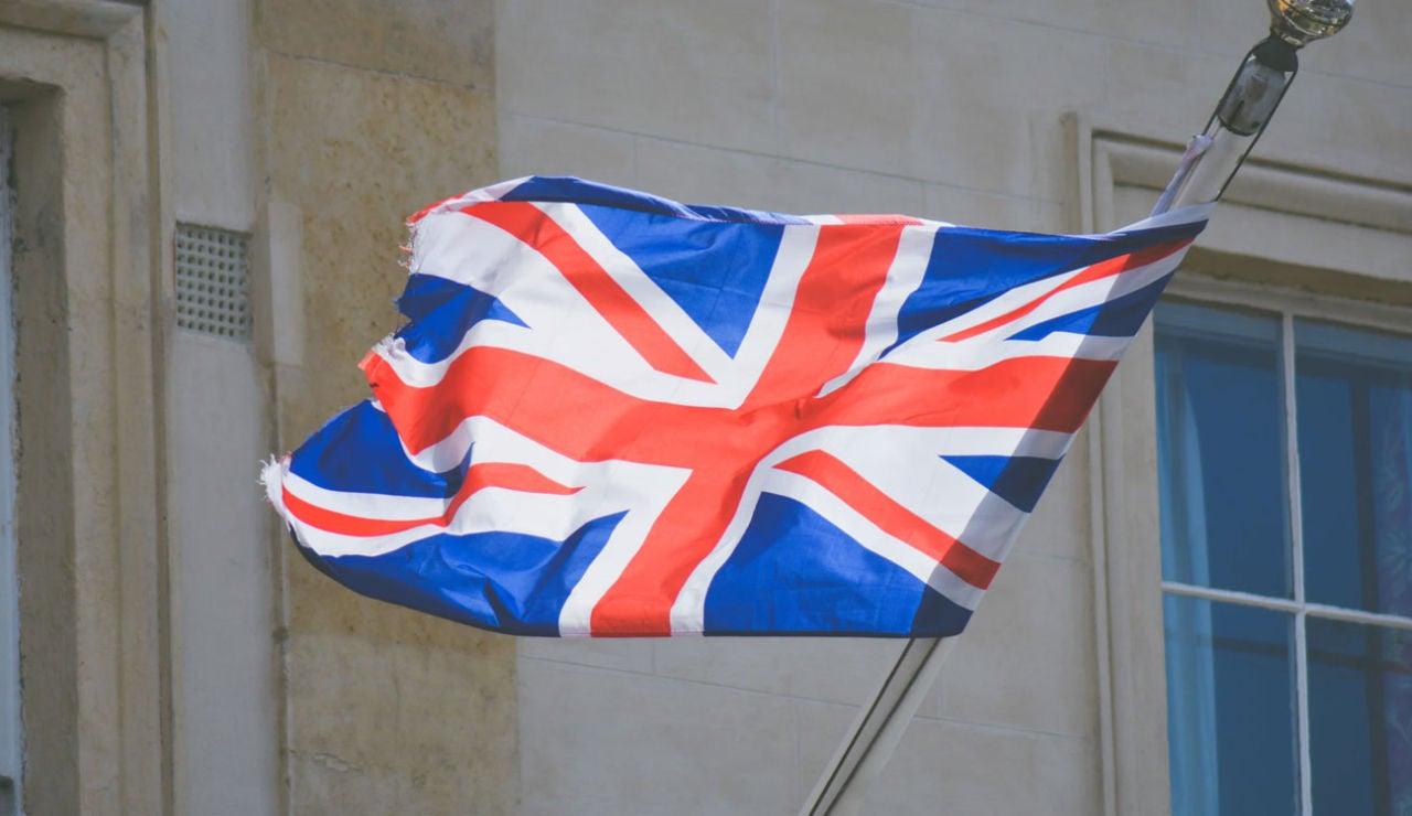 Bandera de Reino Unido ondeando.