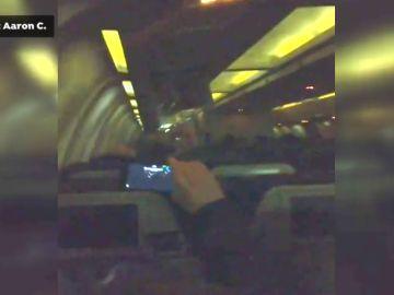 Los pasajeros del avión de Air Canada celebran con aplausos el aterrizaje de emergencias sin incidentes