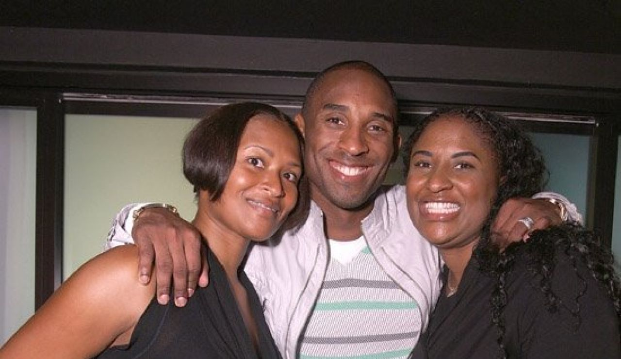 Kobe Bryant posa junto a sus hermanas
