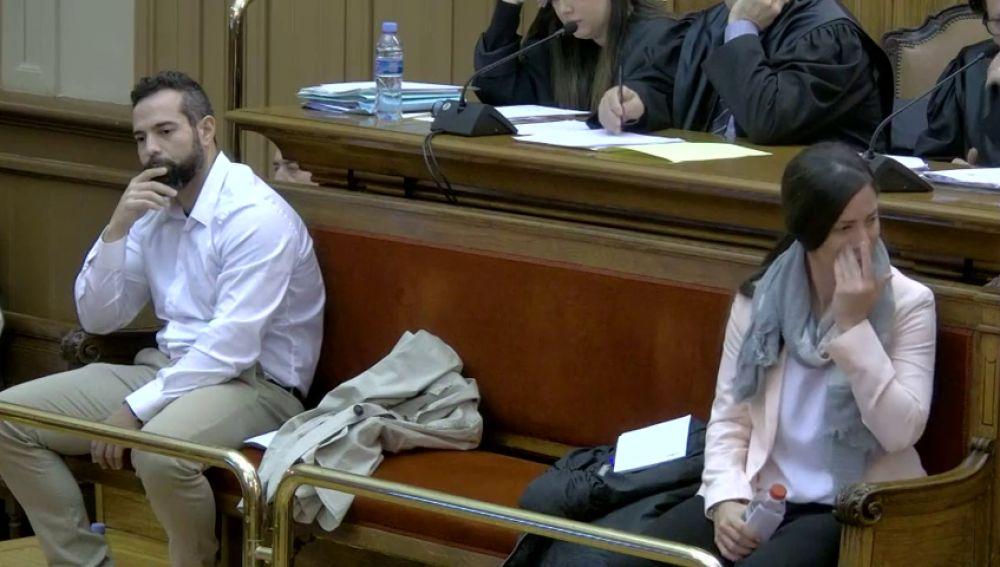 La guardia urbana juzgada en Barcelona por matar a su pareja se emociona cuando su abogada recuerda que quería tener un hijo con él