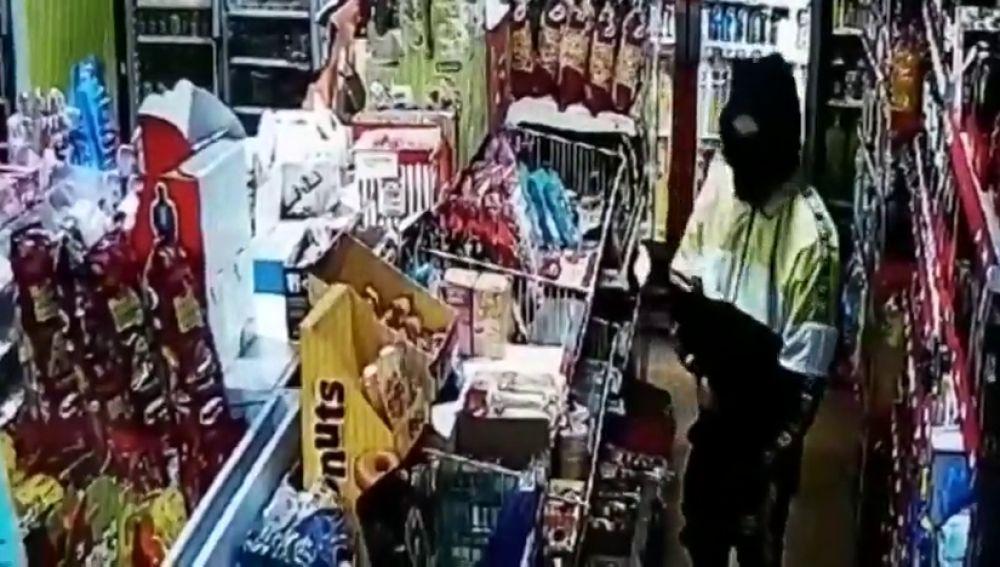 El empleado de un establecimiento 24 horas de Ferrol consigue ahuyentar a un atracador