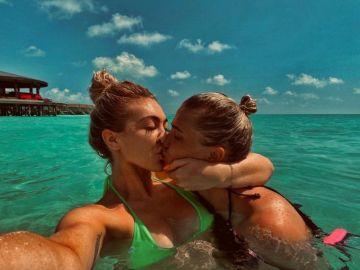 April Hunter junto a su pareja en Maldivas