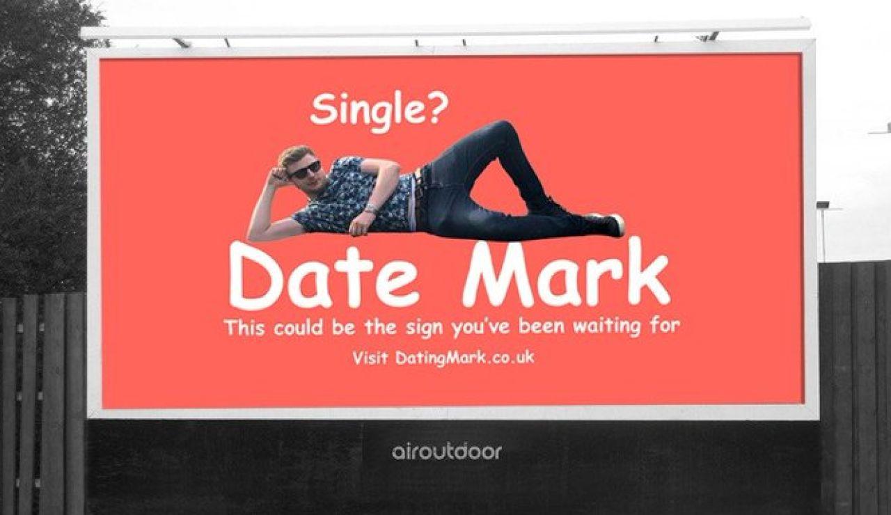 Un británico compra una valla publicitaria y pone una imagen suya para encontrar pareja