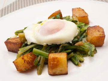 Achicoria salteada con patatas fritas y huevo escalfado
