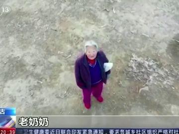Un dron avisa a una anciana de que debe estar en casa por la cuarentena del coronavirus