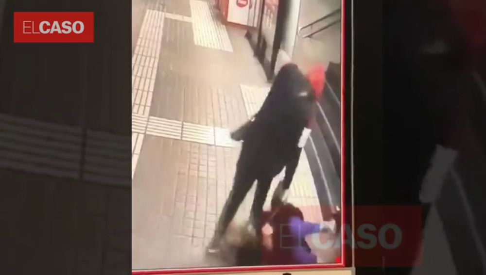 Brutal agresión a una mujer para robarle el bolso en el Metro de Barcelona
