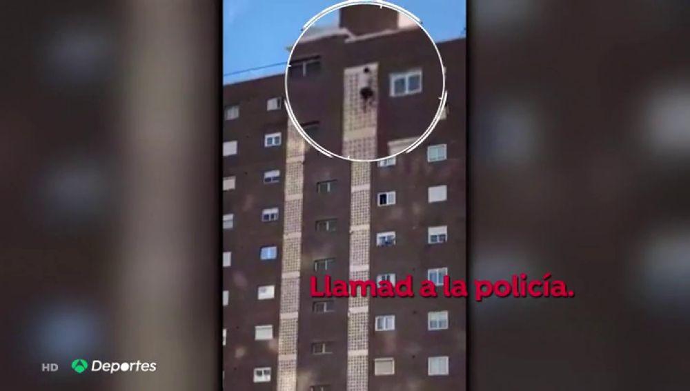 Un joven británico se juega la vida escalando un edificio de Benidorm