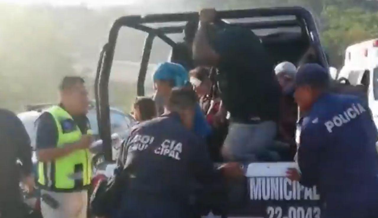 Un fallecido y 81 heridos al volcar un camión en México