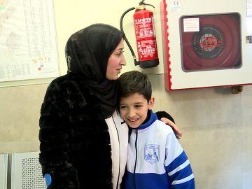 Niño que llama Emergencias 112 para ayudar a su madre