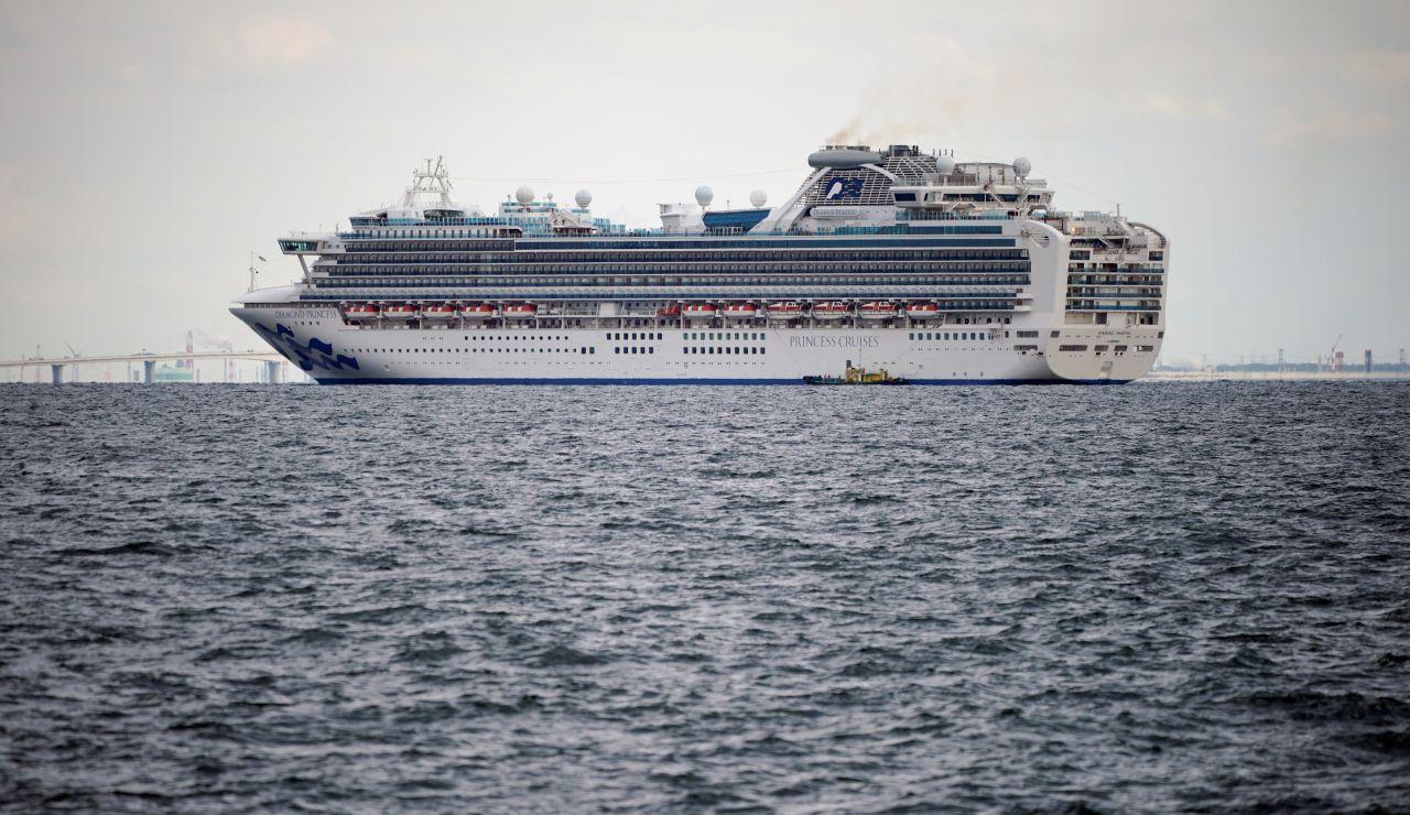 El crucero Diamond Princess, en cuarentena, permanece anclado frente al puerto de Yokohama, Japón.