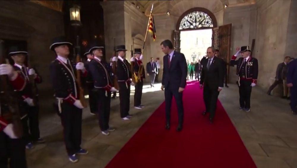 Banderas, gestos y saludos en la Generalitat