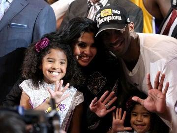 Vanessa Bryant, rodeada de Gianna y Kobe Bryant