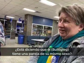 El momento en el que una mujer quiere cambiar su voto al enterarse de que el candidato demócrata Pete Buttigieg es gay
