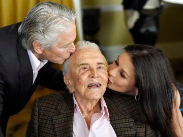 Kirk Douglas con su hijo Michael Douglas y Catherine Zeta-Jones