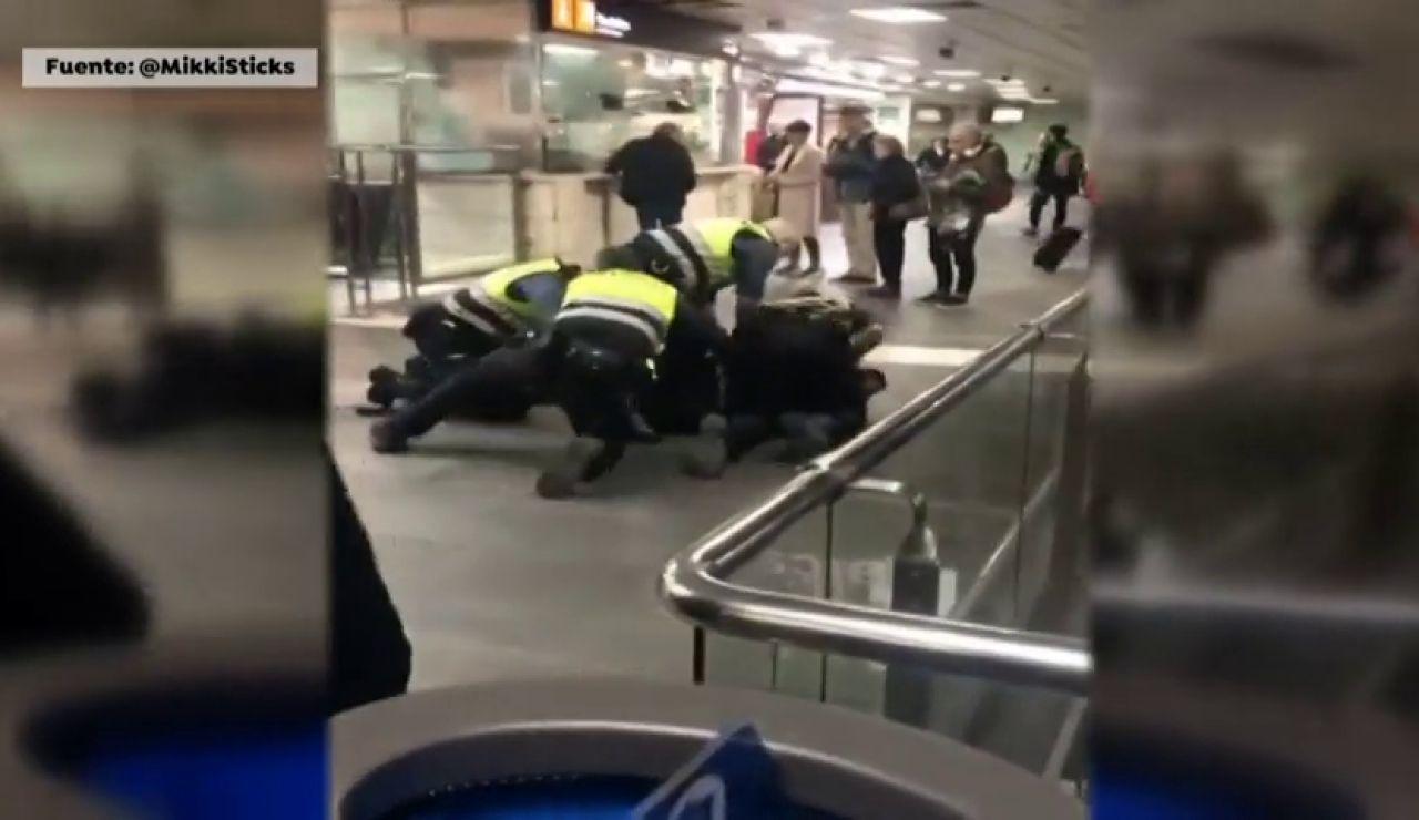 """Investigan a unos vigilantes de metro de Barcelona por su forma de reducir a un hombre que se había """"colado"""""""