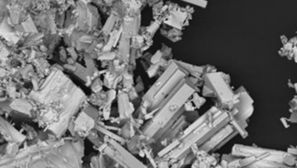 Fragmento de coltán (niobio y tántalo) visto en un microscopio