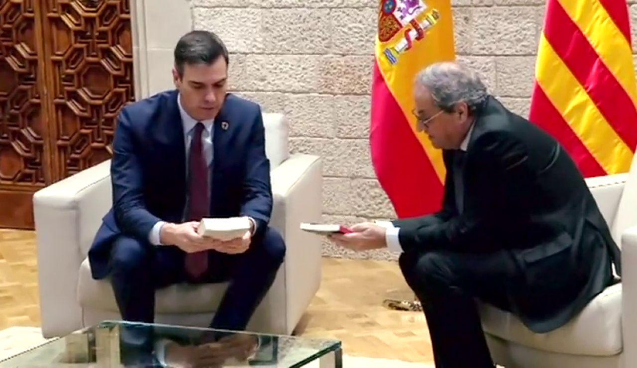 Torra regala a Sánchez dos libros con mensaje: uno de derechos humanos en inglés y otro de poesía en catalán