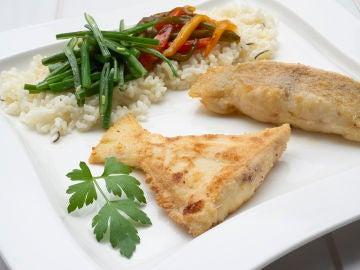 Gallo frito con judías verdes y arroz con pimientos