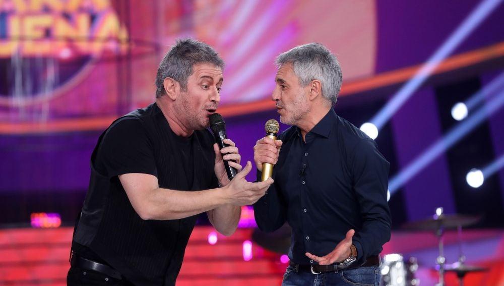 Sergio Dalma canta junto a El Monaguillo la canción 'Galilea'