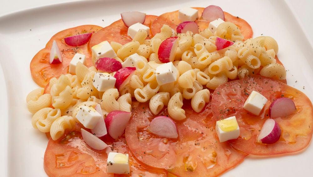 Ensalada de pasta, tomate y rabanitos
