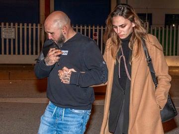 Irene Rosales abandonando el tanatorio junto a Kiko Rivera