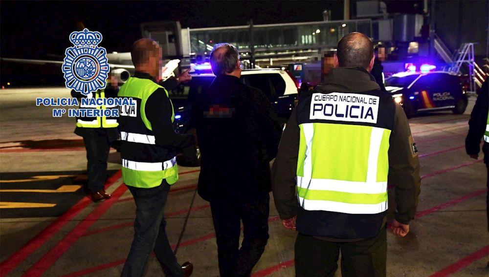 Agentes de la Policía Nacional escoltan Carlos García Juliá en Barajas