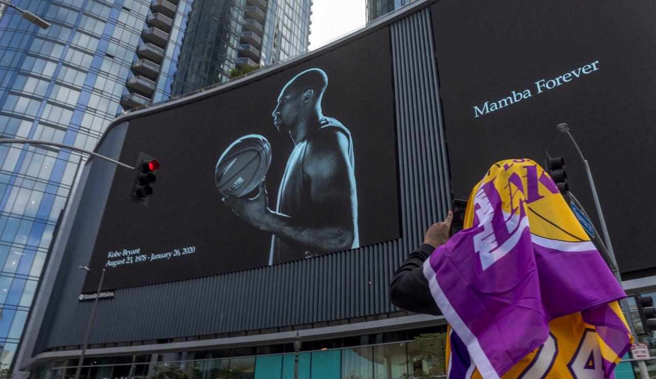 Un aficionado de los Lakers fotografía un mural en honor a Kobe Bryant
