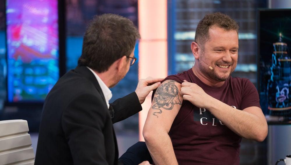 El tatuaje oculto de El Monaguillo que enseña por primera vez a Pablo Motos en 'El Hormiguero 3.0'