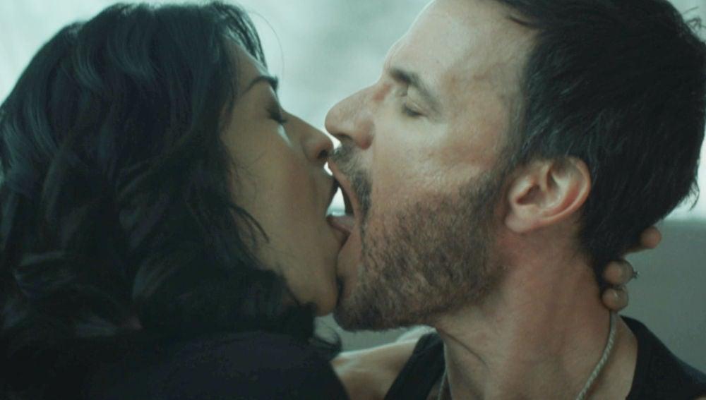 El desgarrador beso entre Antonio y Angelita durante su vis a vis