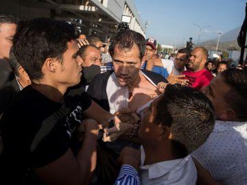 Juan Guaidó, tras haber sido golpeado en Barajas