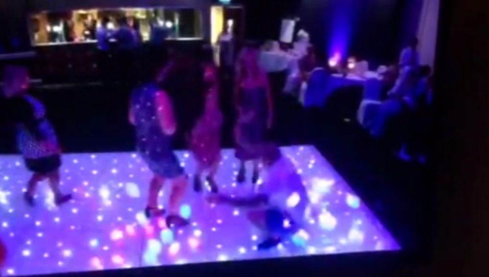 Bailando en la pista de un club