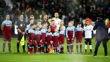 Algunos clubes de la Premier cobran para que los niños salten al campo de la mano de los jugadores